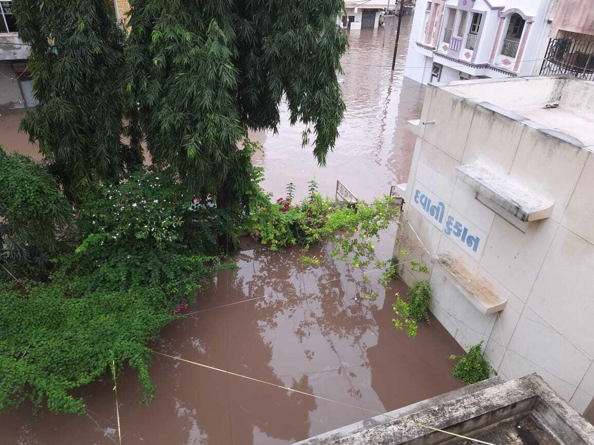 Вода затопила города и села