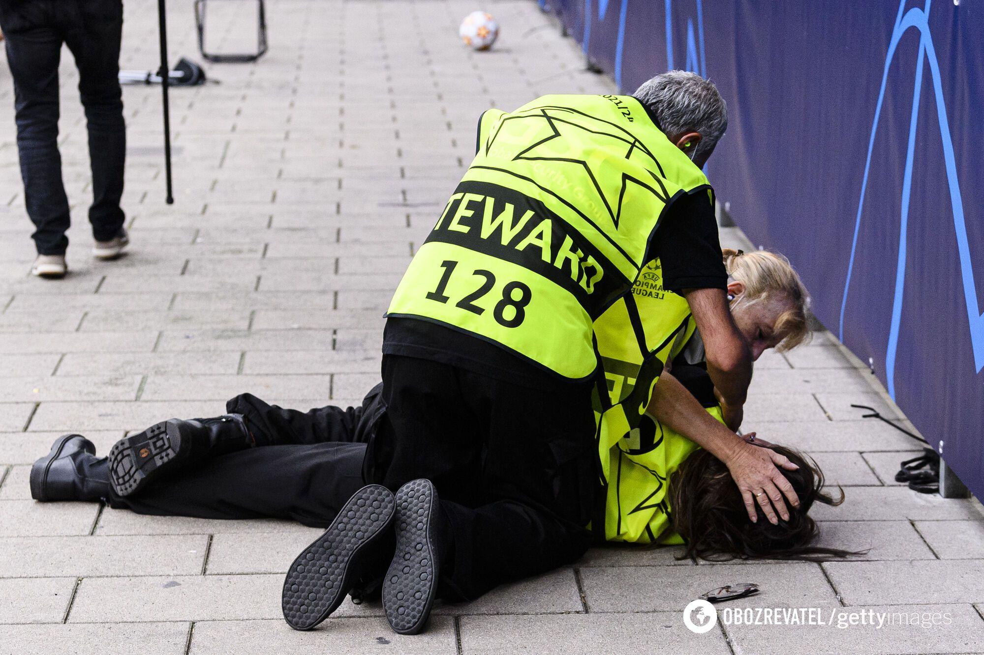 От удара стюард упала на землю