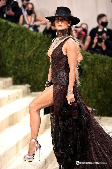 Дженнифер продемонстрировала стройные ноги на Met Gala 2021.