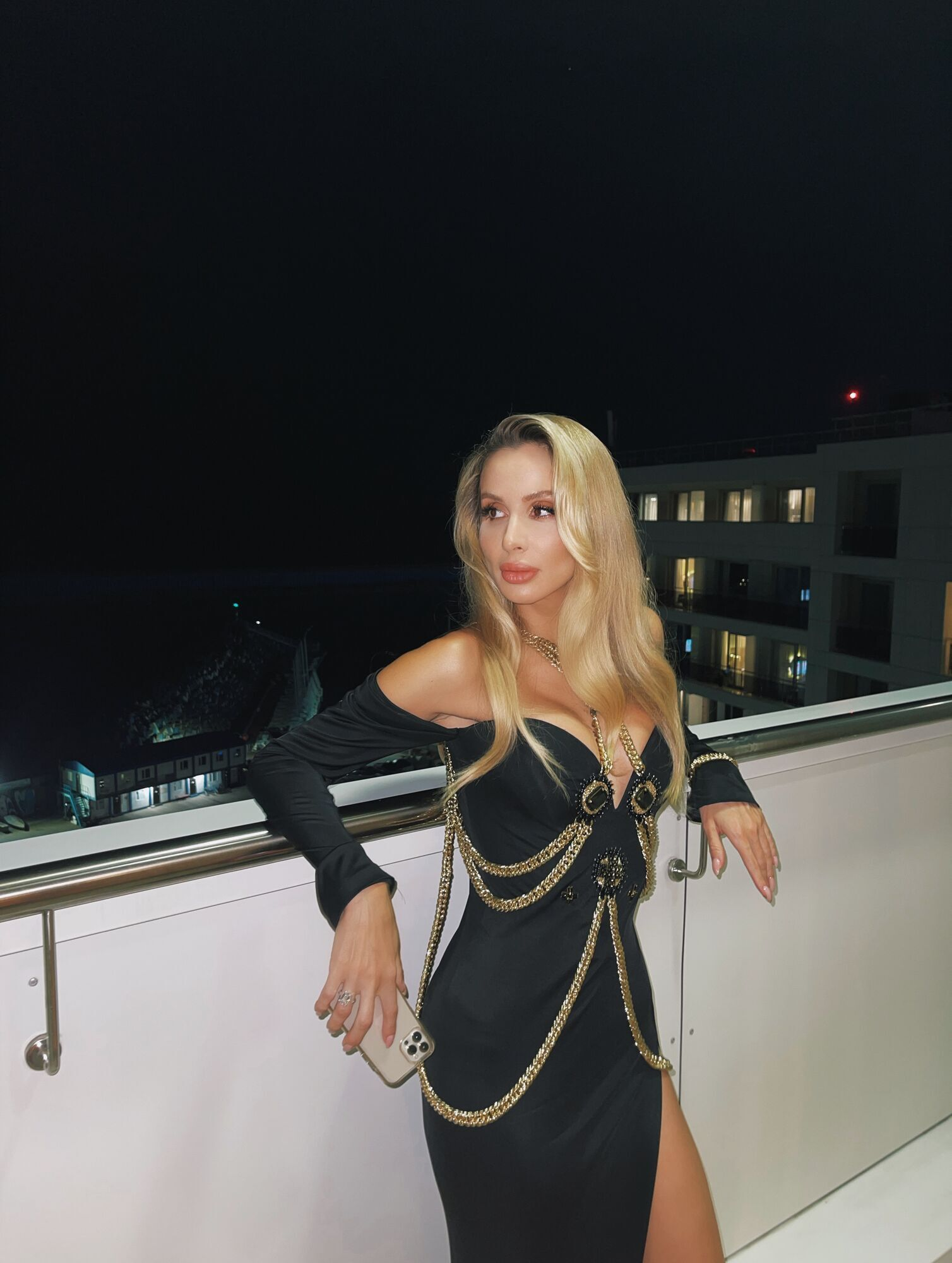 Светлана Лобода в черном облегающем платье.