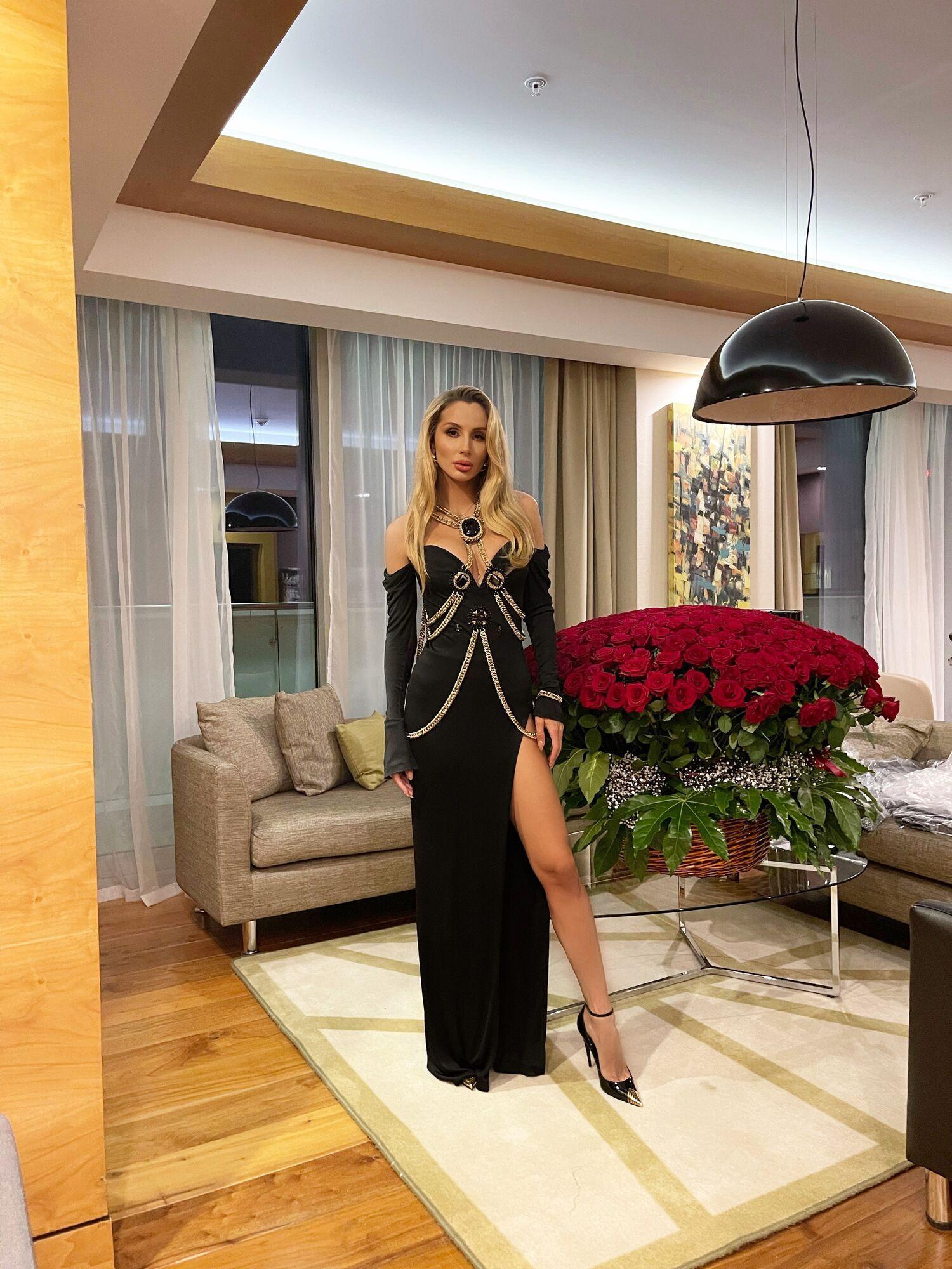 Светлана Лобода с огромным букетом роз.