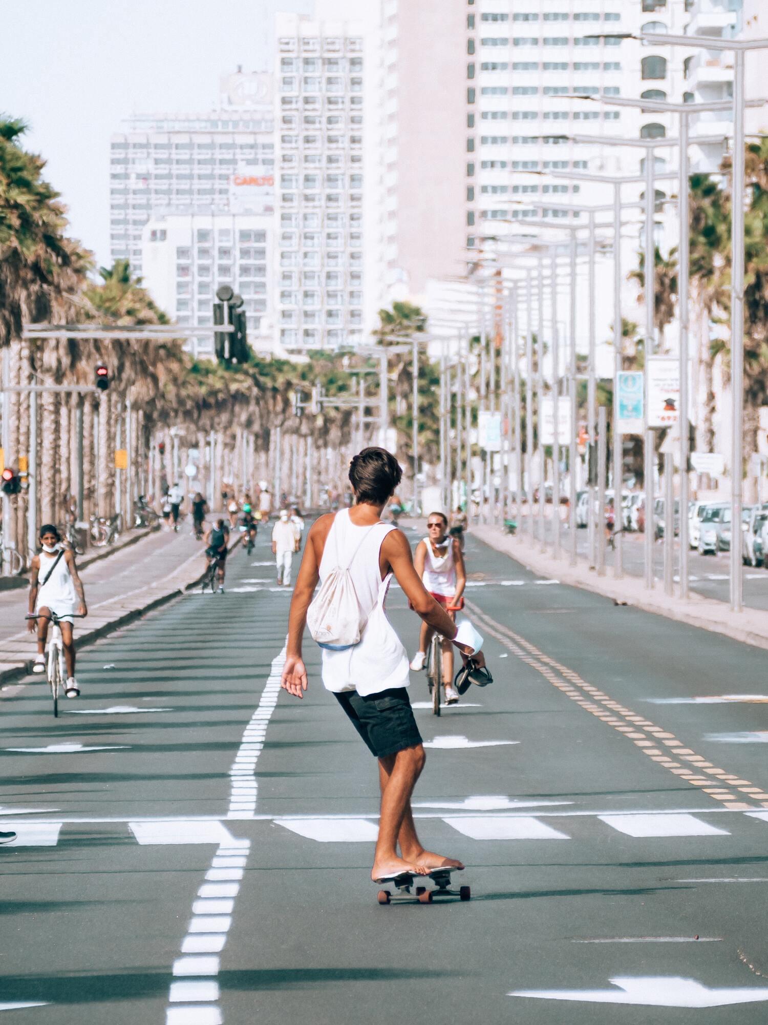 В Израиле в Йом-Кипур не ходит транспорт, поэтому дети свободно катаются на скейтах и велосипедах