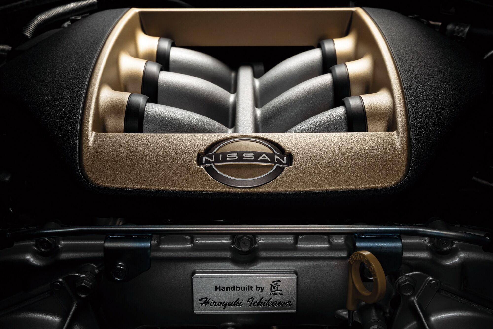 Каждый мотор изготовлен вручную конкретным мастером, который оставляет свою именную плакетку с подписью