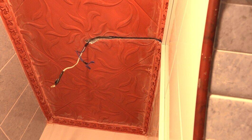 Вочевидь, ремонтники перебили дроти електропостачання: практично в усьому будинку відсутня електрика