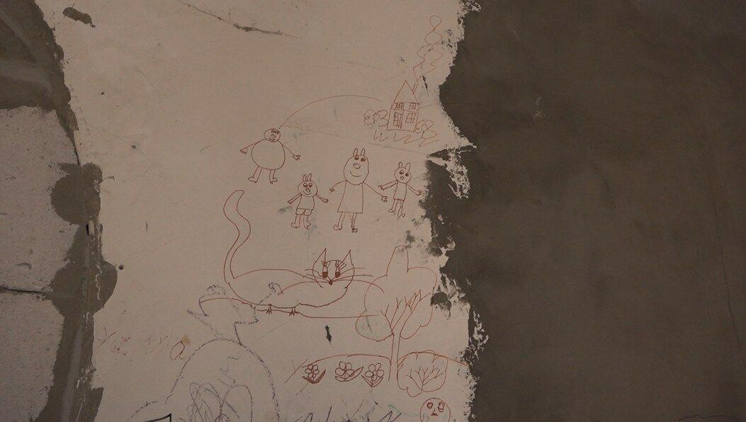 Про те, що малюк жив тут ледь не з народження, нагадують хіба фрагменти його малюнків на одній зі стін...