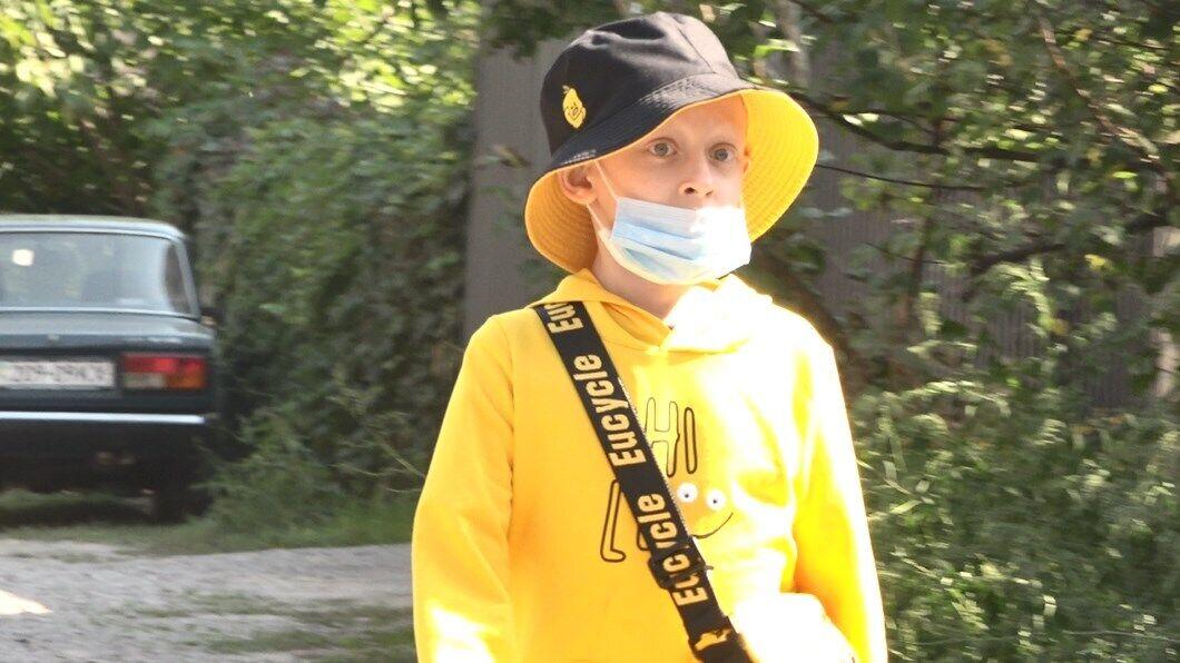 9-річний Єгор півроку провів у лікарні і пройшов 8 курсів хіміотерапії. В цей час його дым выдыбрали кредитори