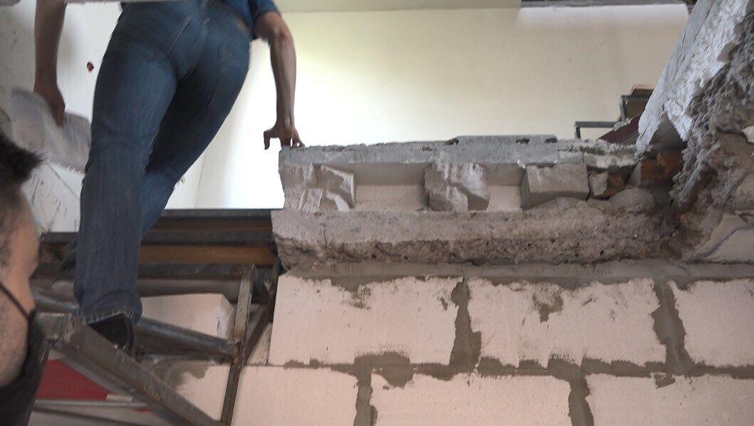 """Внаслідок """"перепланування"""" було порушено перекриття між поверхами: невідомі прорізали дірки та споруджували додаткові сходи"""