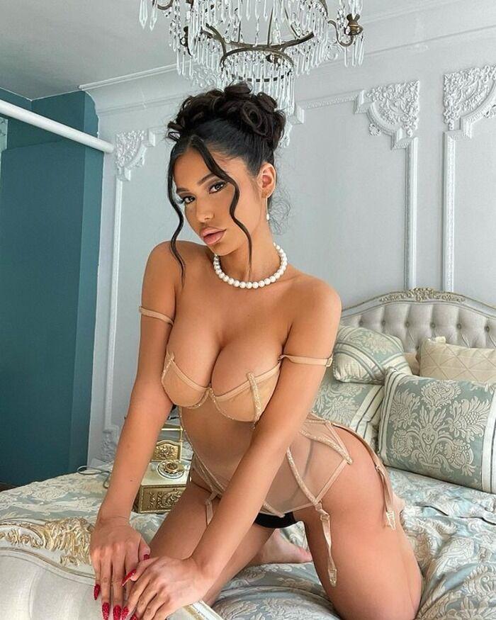 Джанет Гусман в спальне