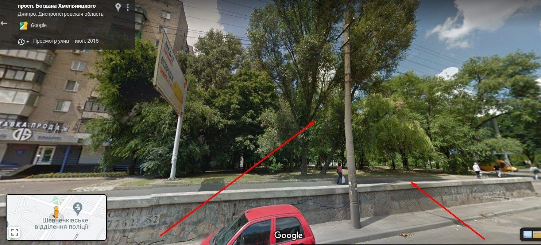 Авто було припарковане на вулиці, за деревами розташовано гуртожиток ДСНС