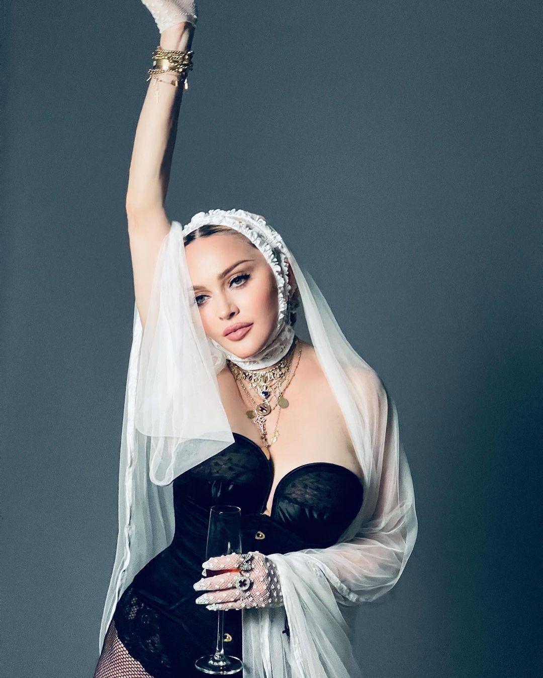Мадонна позувала в пікантному вбранні