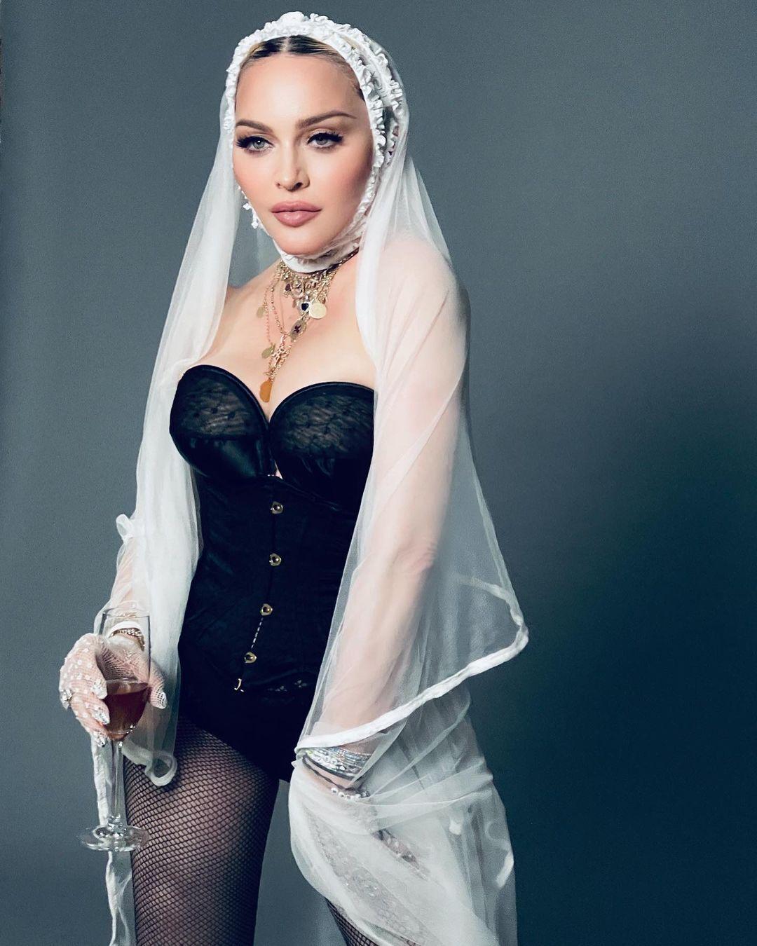Мадонна показала відвертий лук