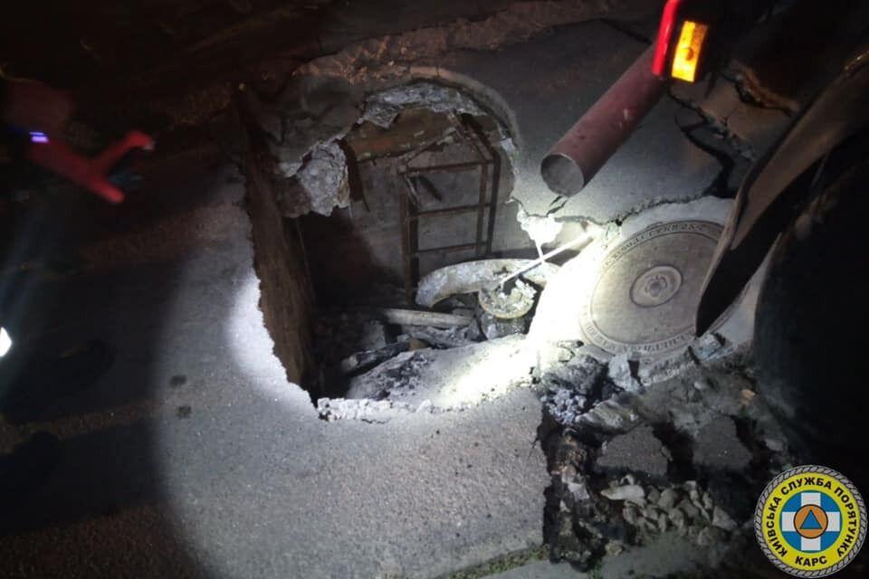 Автотранспорт провалився в колодязь газопроводу.