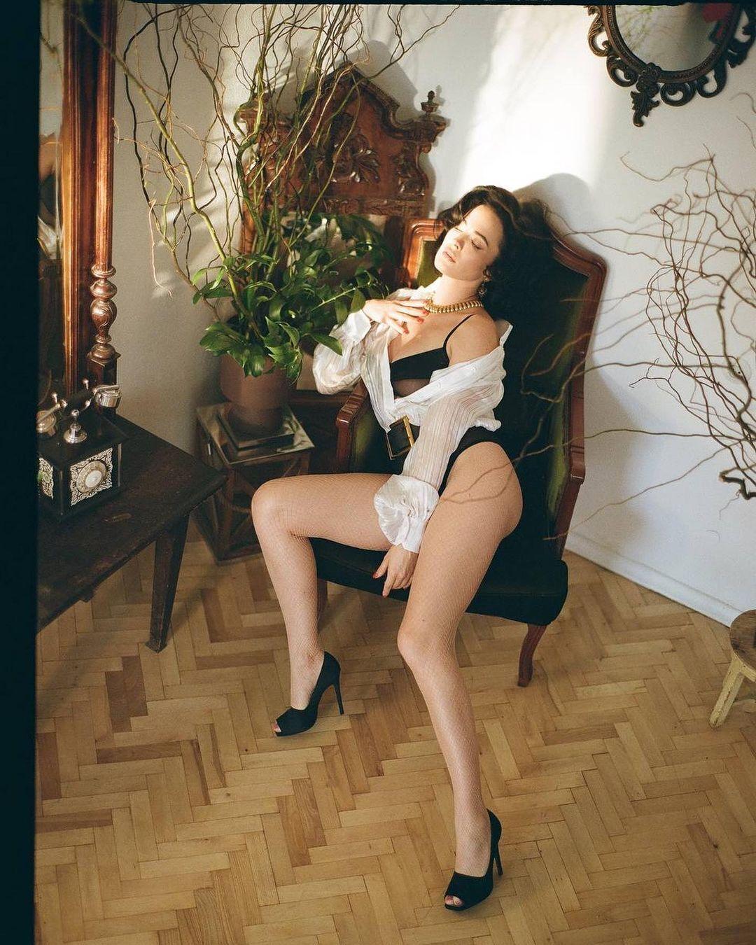 Даша Астафьева в кресле.