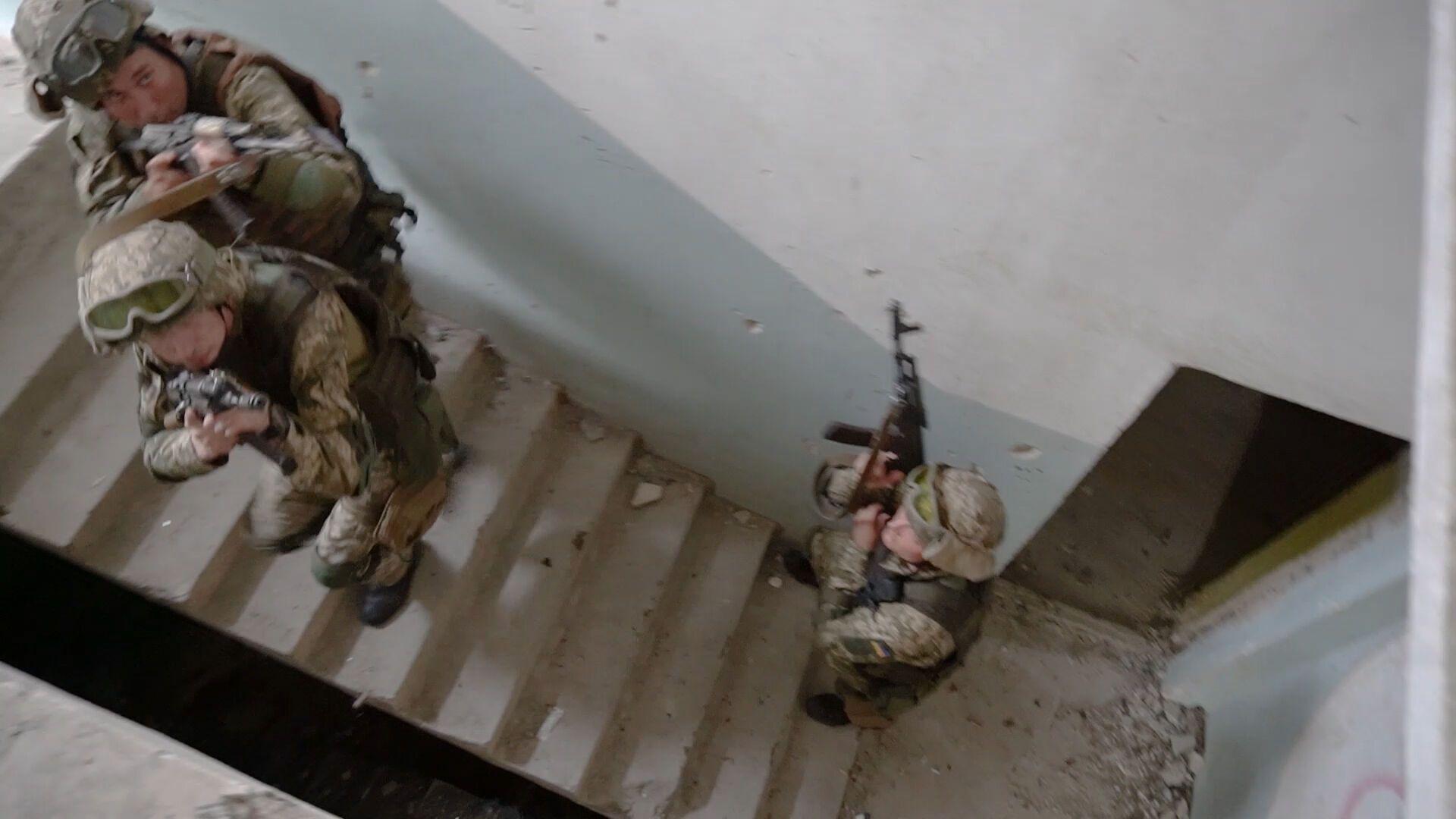 Бойцы ВСУ проводят учения в здании