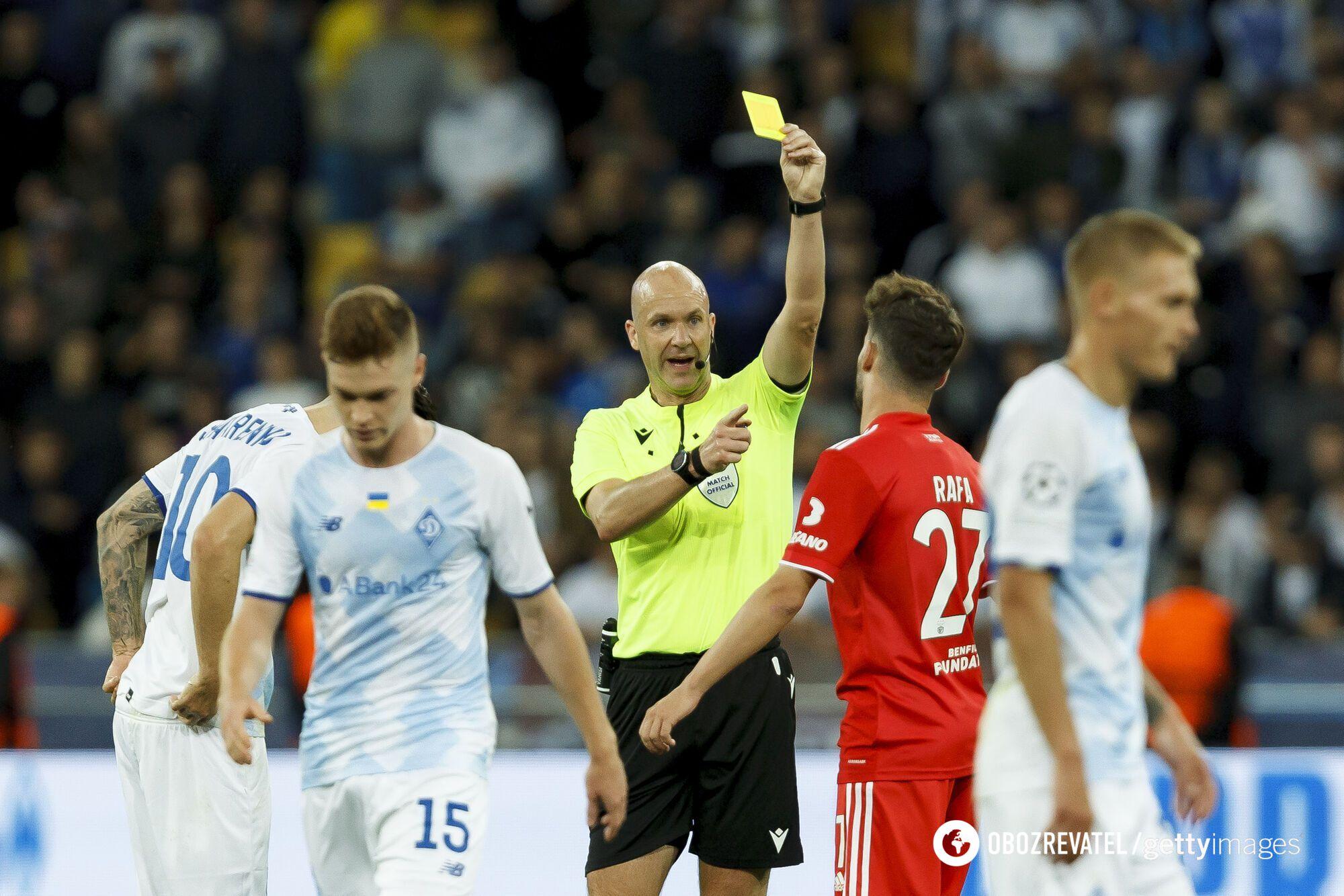Энтони Тейлор показывает желтую карточку.