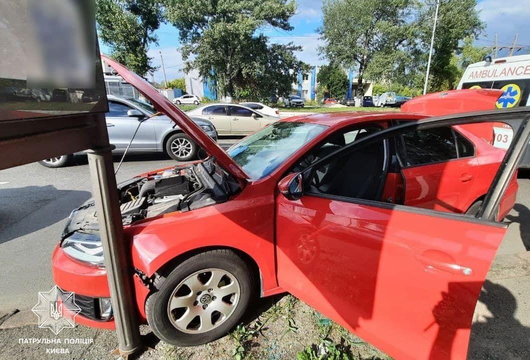 Машина протаранила рекламный щит.