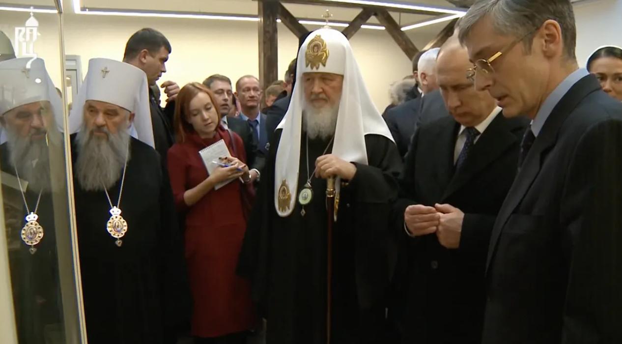 Светлана Полякова стоит позади Путина