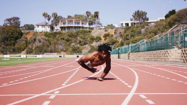 Зайон Кларк пробежал 20 метров за 4.78 секунды на руках