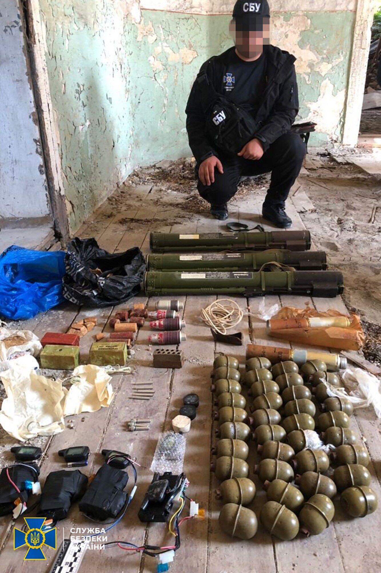 Зі схованки, серед іншого, вилучено понад 2 кг вибухівки та реактивні протитанкові гранати.