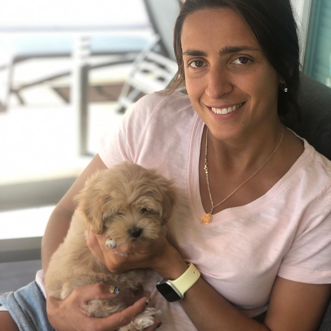 Яна Шемякіна зі своїм собакою, за якого переживає.