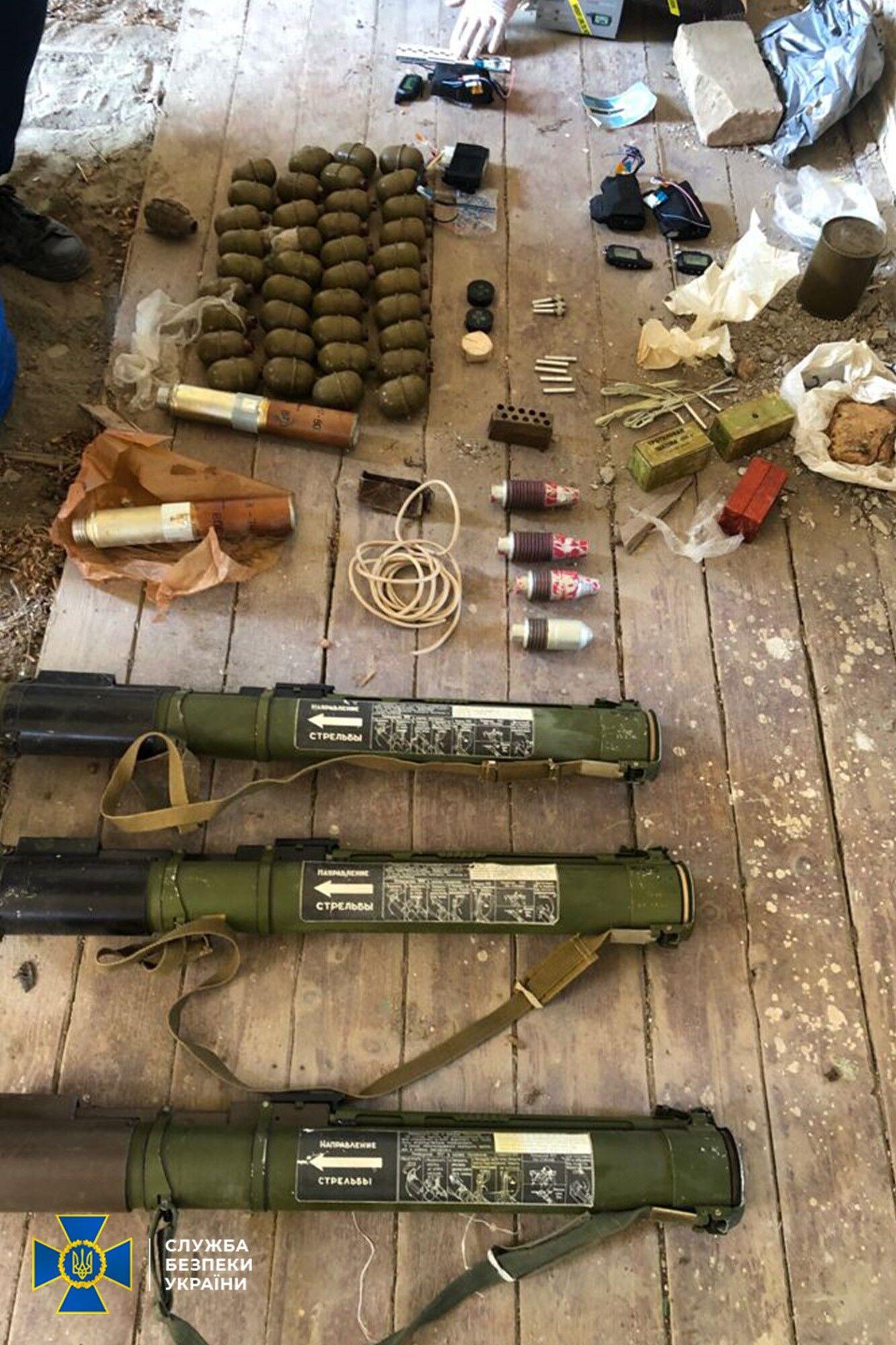 СБУ знайшла в Закарпатській області схрон з арсеналом бойових засобів ураження.