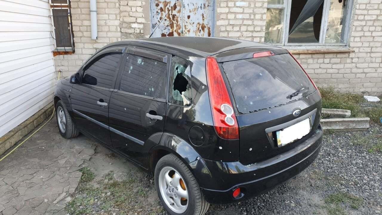 Поврежденное авто после обстрелов