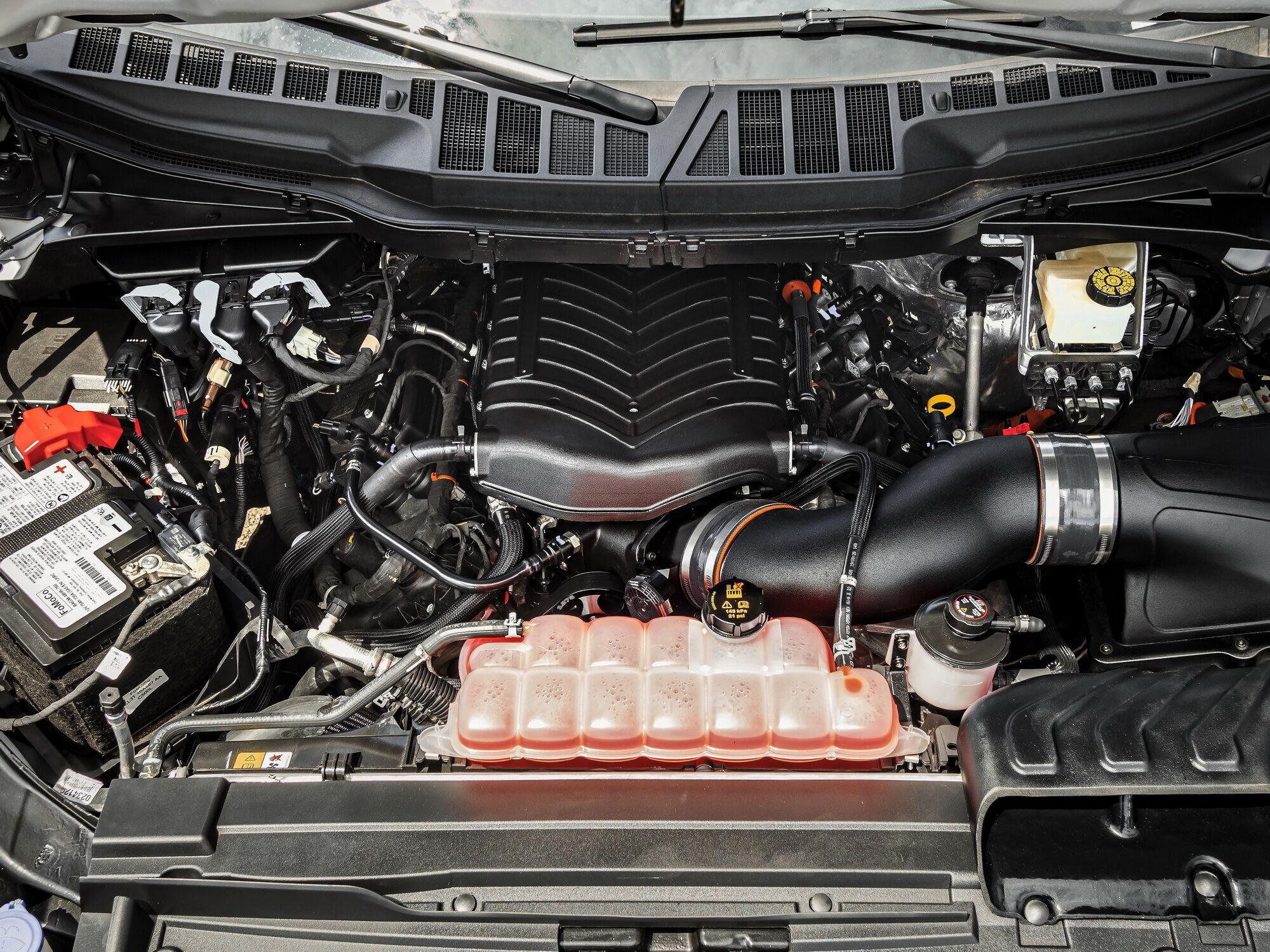 Під капотом новинки розташували 775-сильний мотор V8 об'ємом 5 літрів