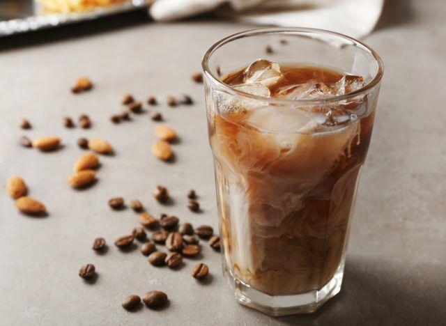 Кофе со льдом через соломинку – двойной удар по коже