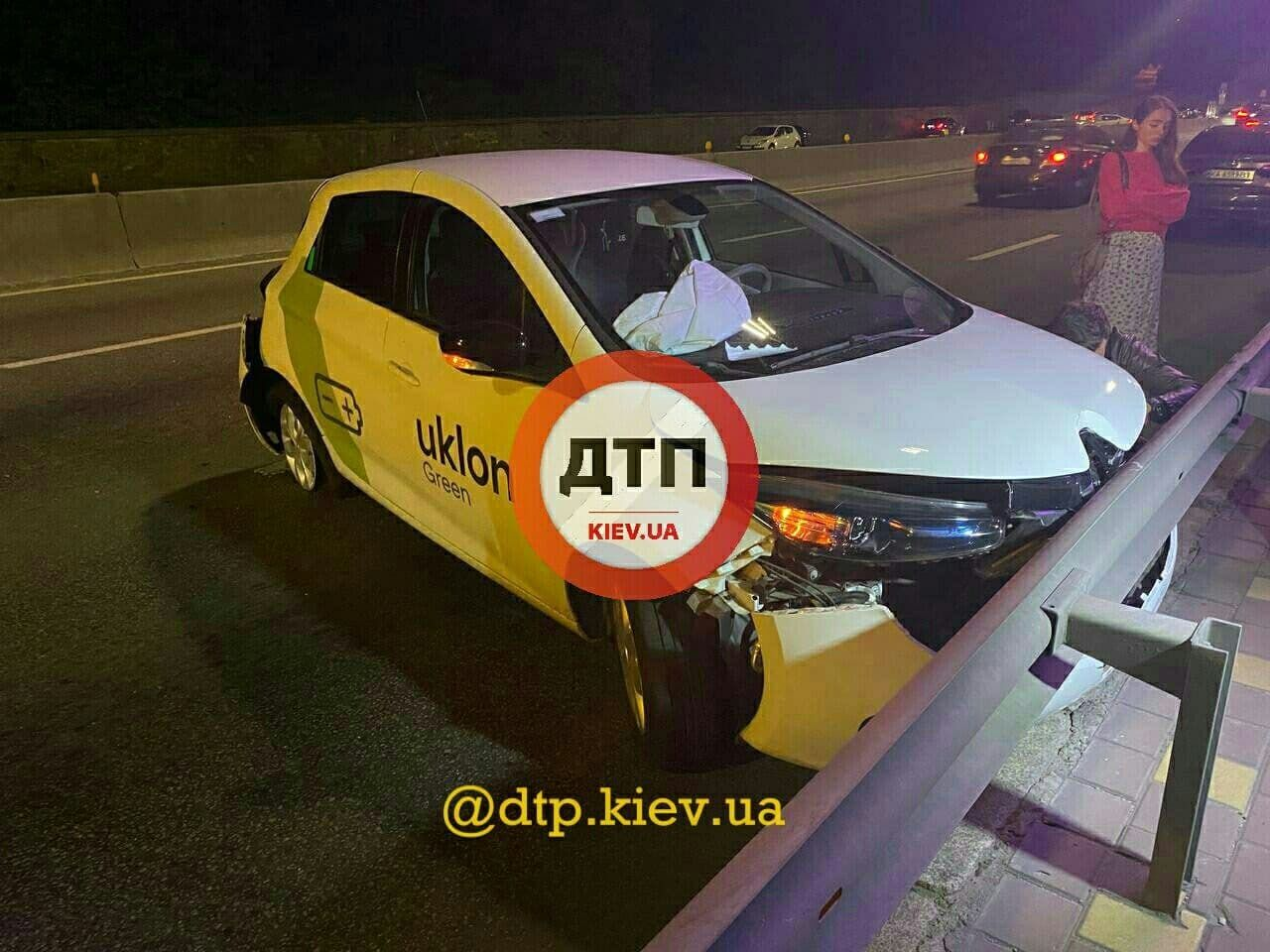 Водитель и пассажирка такси не пострадали.