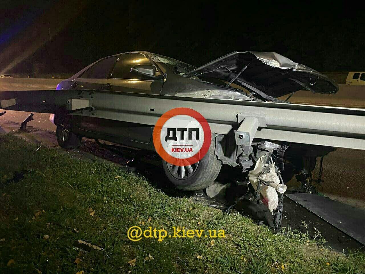 Toyota протаранила такси и потом врезалась в отбойник.