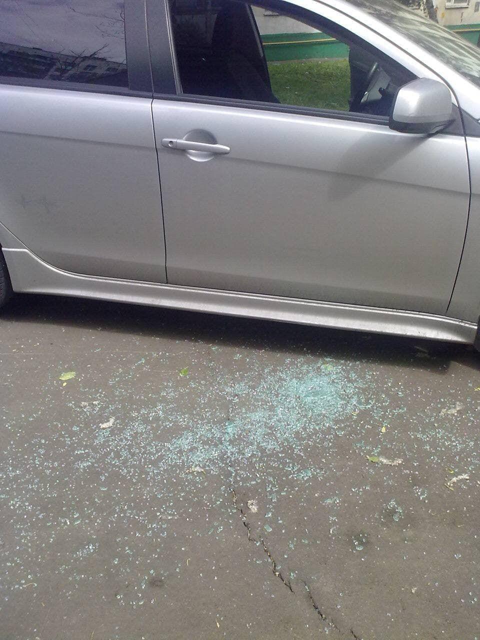 Злоумышленник разбил стекло.