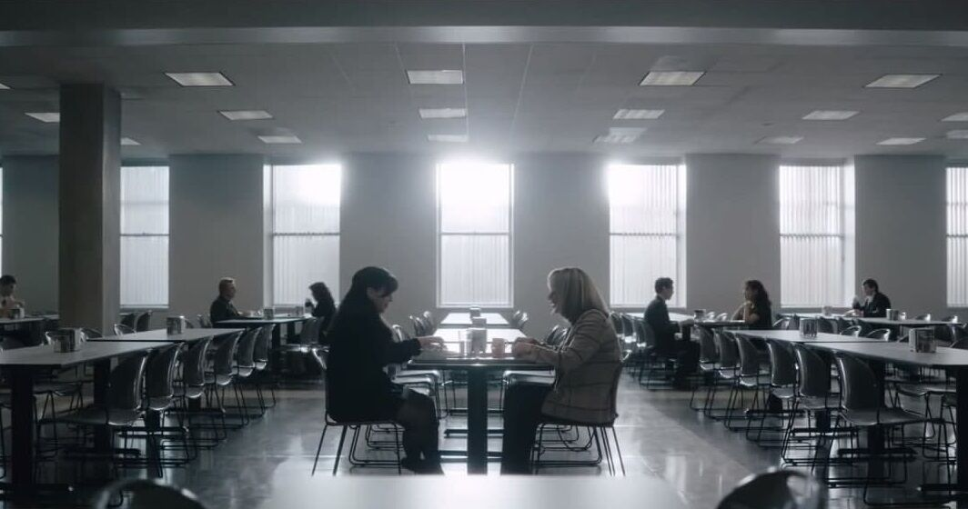 Кадр із трейлера: Моніка розмовляє з Ліндою Тріп.