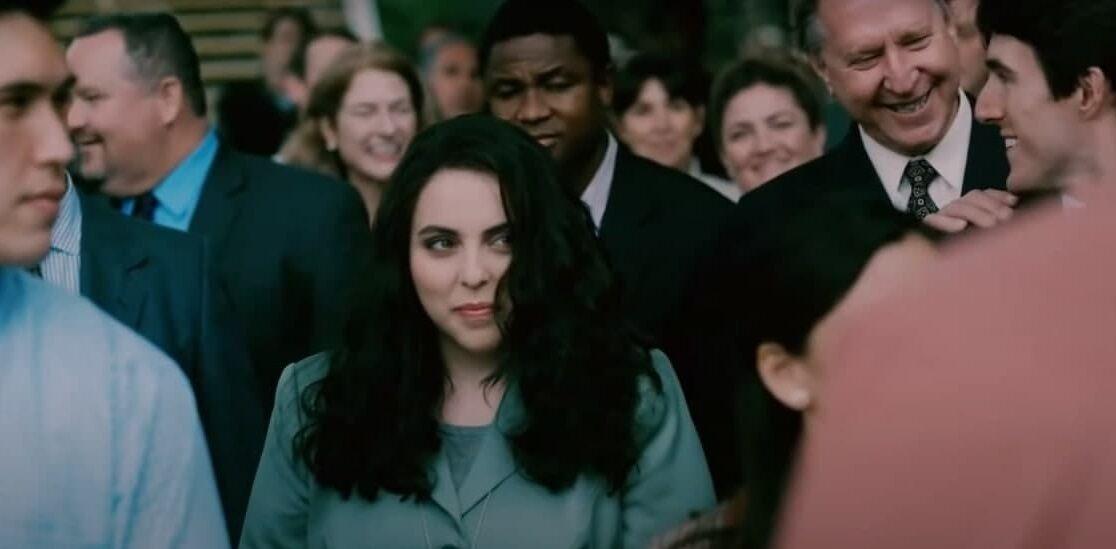 Кадр із трейлера: Моніка Левінські в натовпі людей.