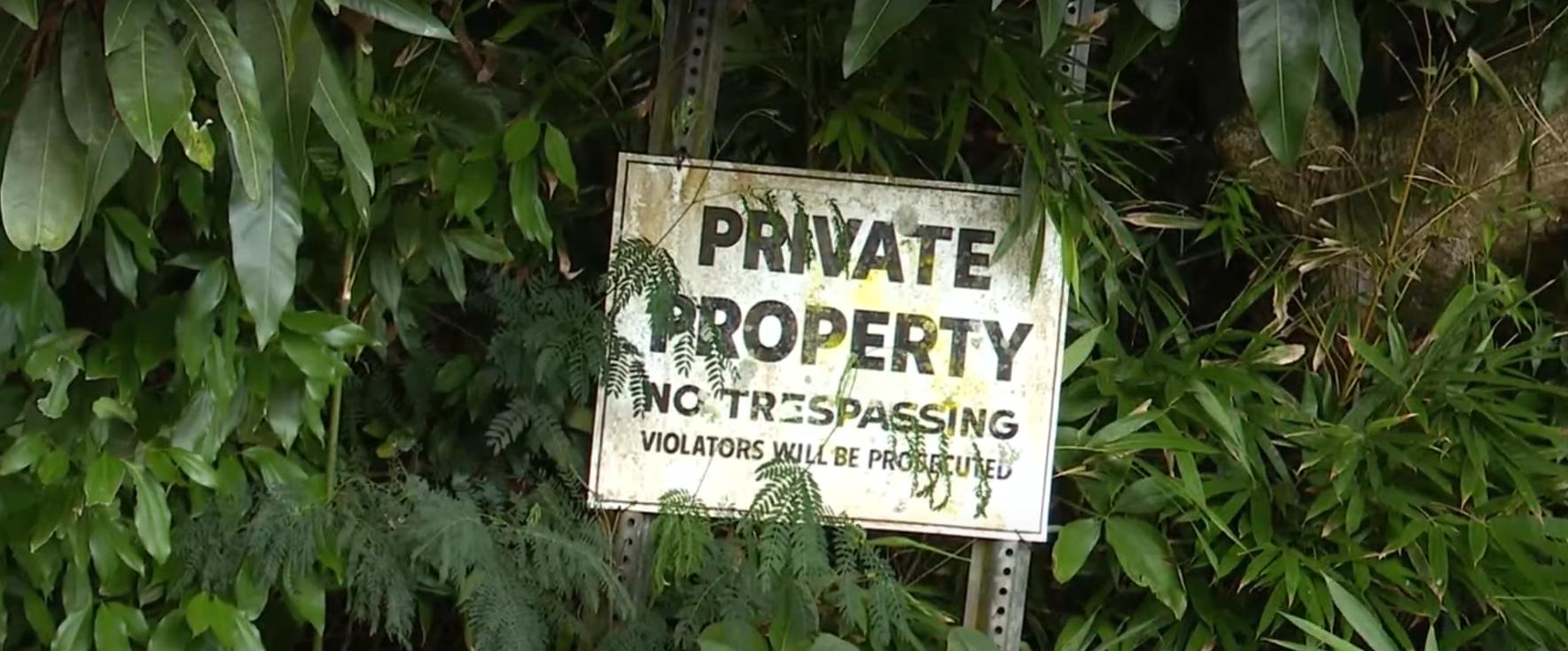 Знак, який забороняє підійматися на сходи