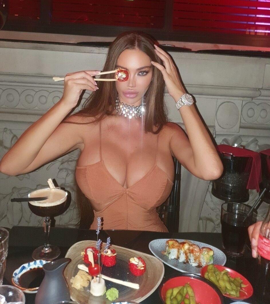 Сорая Вучелич в одном из ресторанов