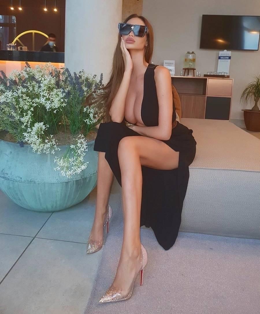 Сорая Вучелич в черном платье