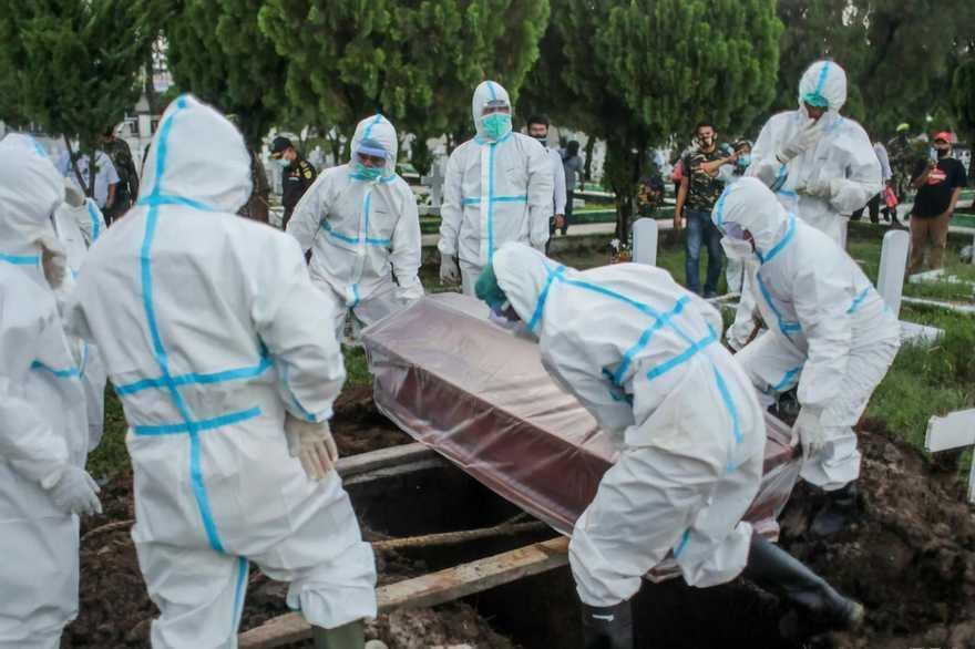 Похороны умершего от коронавируса в пластиковом пакете.