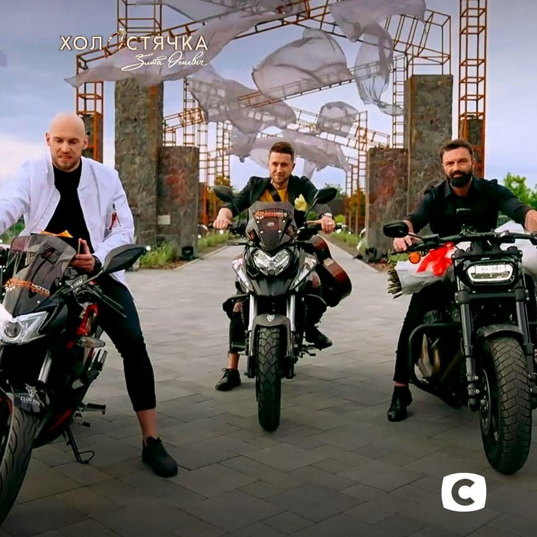 Три участника приехали на мотоциклах