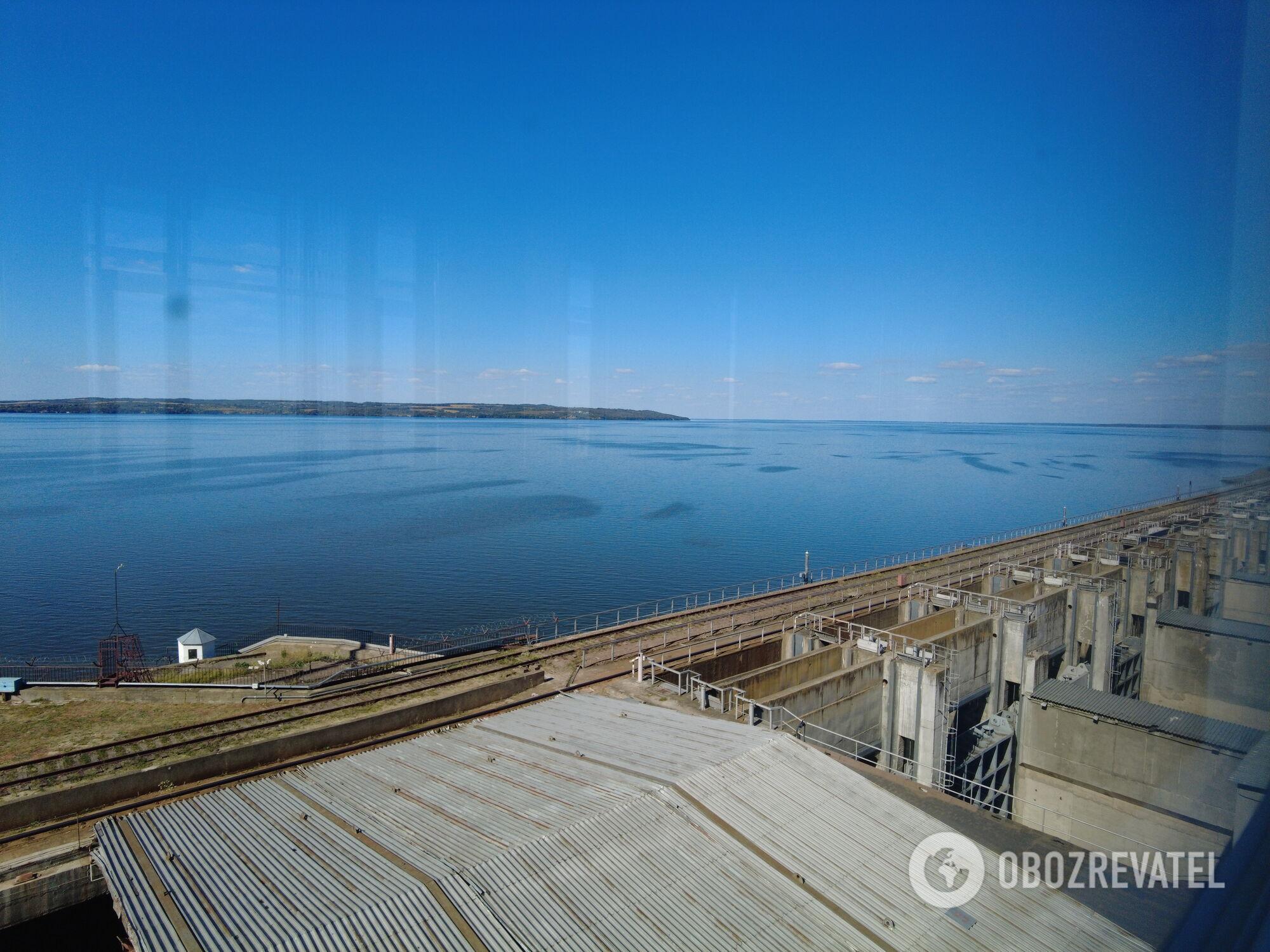 Вид на Канівське водосховище із 7 поверху гідроелектростанції