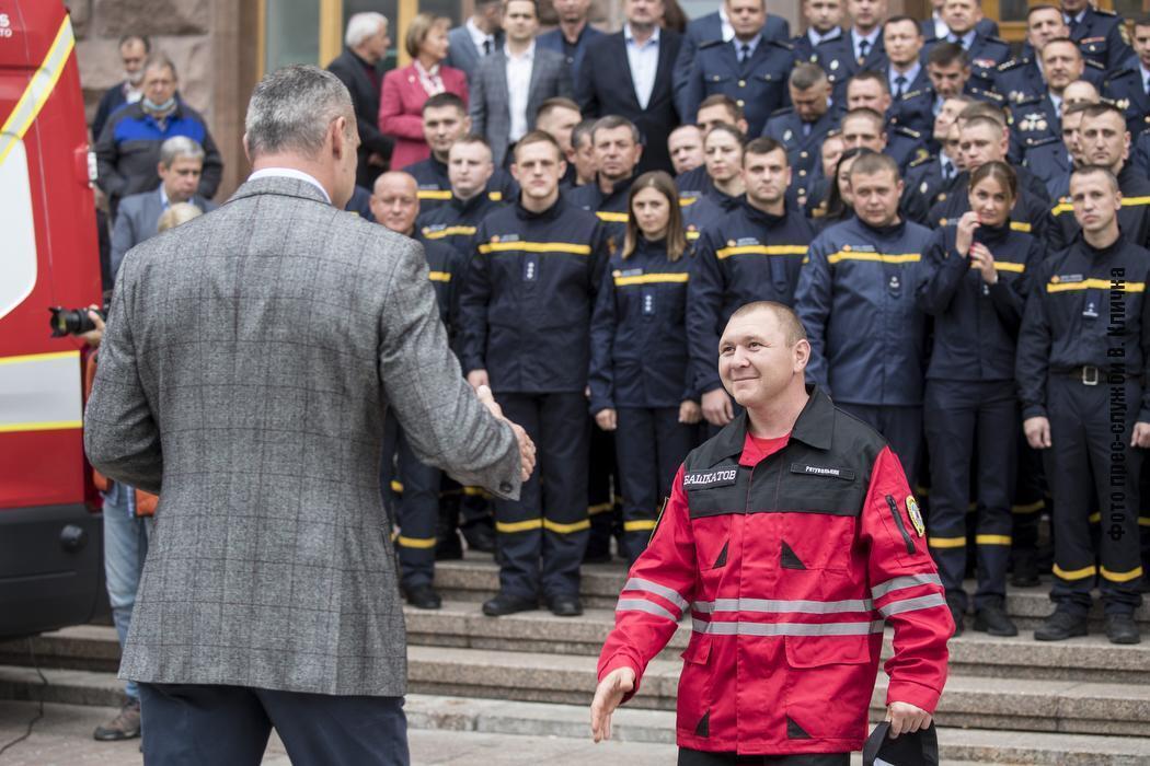 Кличко вручив рятувальникам нагороди від міста