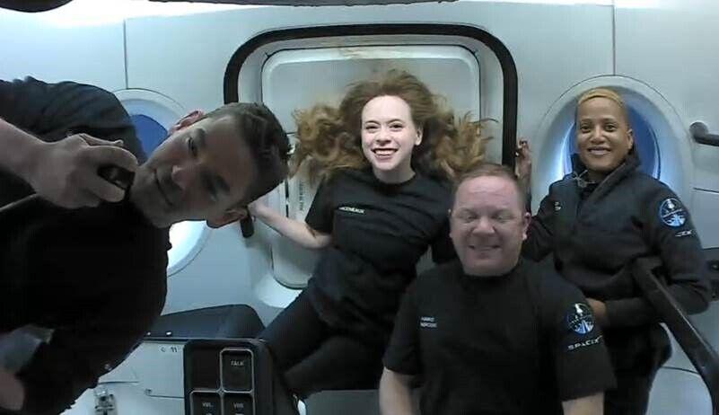 SpaceX отправила в космос четырёх туристов.