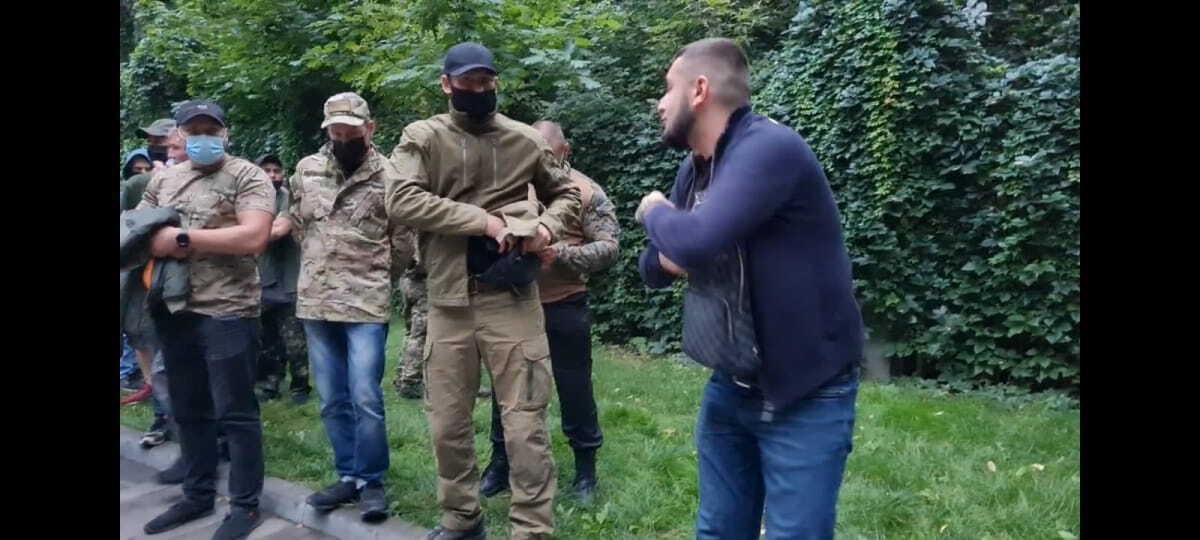 Это стопкадр видео – у мужчины в сумке пистолет