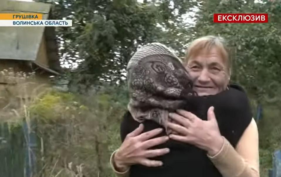 Пожилая мать обнимает дочь, которую искали всем селом.