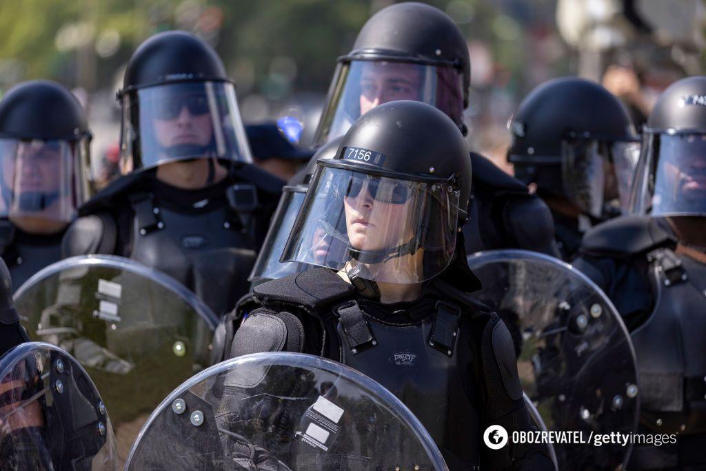 Американские полицейские на митинге
