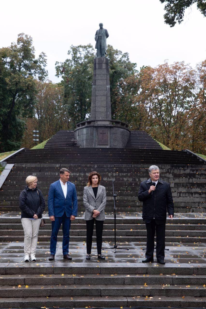 Порошенко в Каневе на Тарасовой Горе призвал жителей Черкасс поддержать на выборах Сущенко