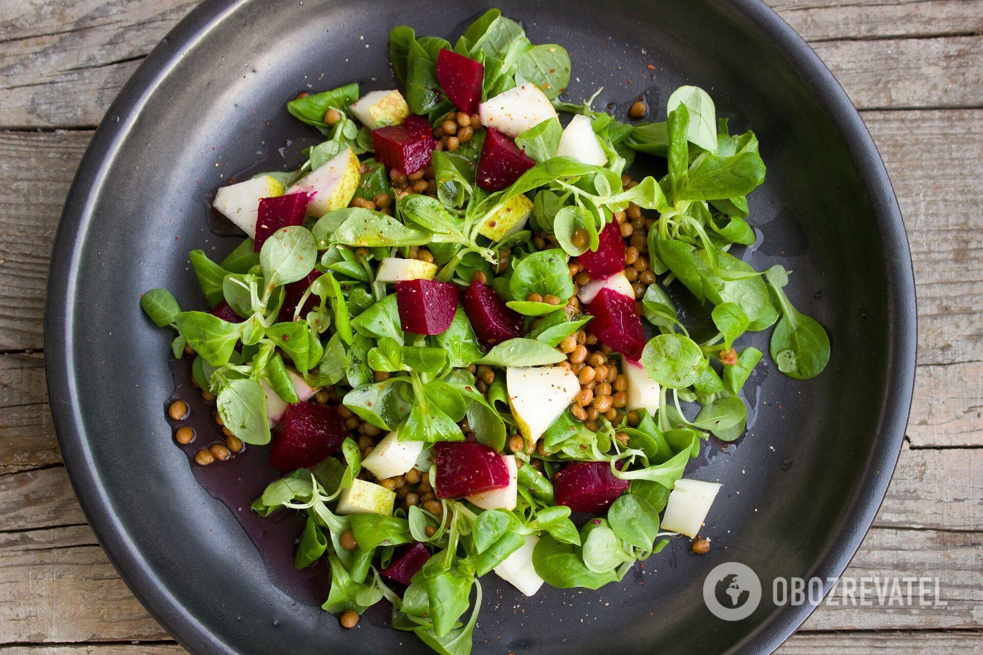 Теплий салат із буряка з горіхами та сиром