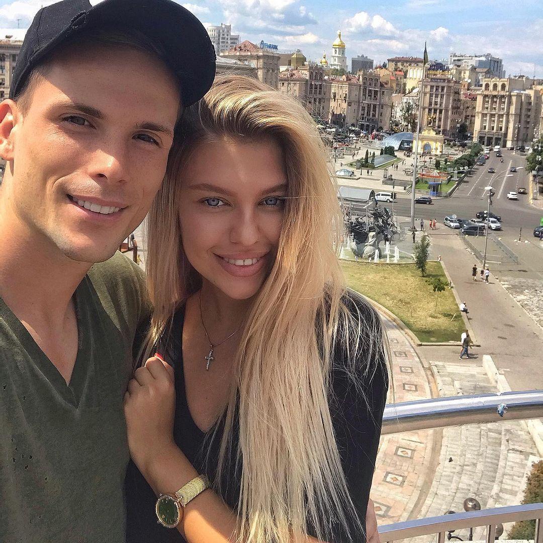Виктория Стецик с футболистом на фоне Киева