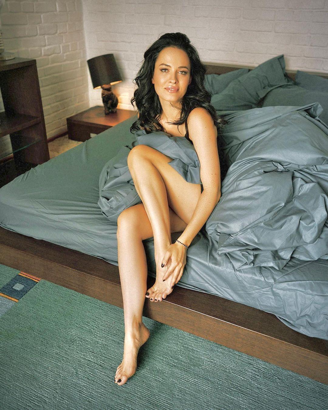 Даша Астаф'єва позує в ліжку.