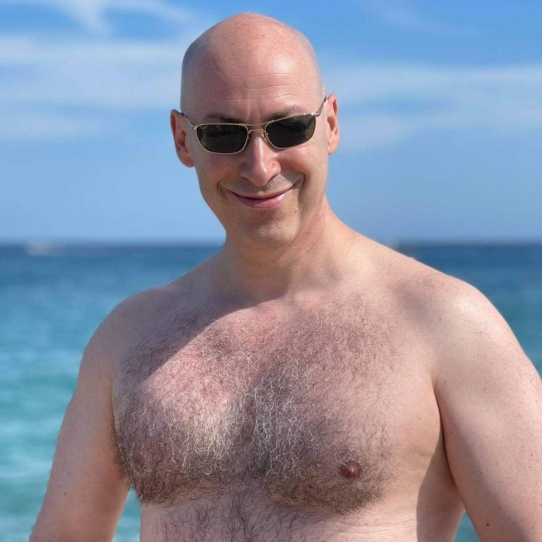 Дмитро Гордон у стильних окулярах і з голим торсом