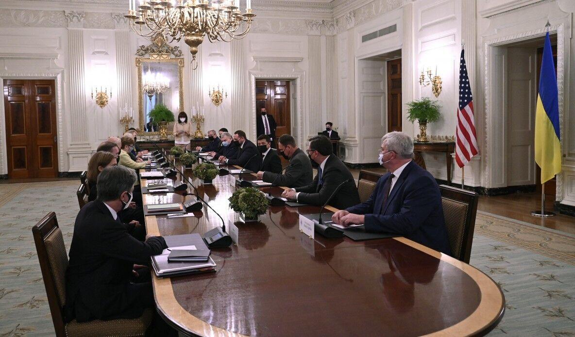 Представники України і США сиділи по дві сторони за довгим столом